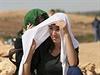 Kurdové na turecko-syrských hranicích pozorují boje mezi kurdskými jednotkami a ozbrojenci Islámského státu.