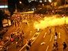Policie rozh�n�la tak� demonstranty pod magistr�lou. (29. z���, 00:30 HK �asu).