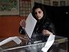 P�ed�asn� parlamentn� volby v Bulharsku. Mlad� voli�ka odevzd�v� sv�j hlas do urny v Sofii.