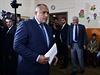 Předseda strany GERB Bojko Borisov míří do volební místnosti.