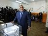 Předseda strany GERB Bojko Borisov odevzdává svůj hlasovací lístek do volební urny.