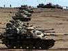 Jednotky turecké armády na hranicích s válečnou Sýrií. Ankara s džihádistickou sítí Islámský stát bojuje, zároveň se jí však daří vyjednávat s džihádisty oboustranně výhodné dohody.