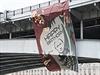 Moskevsk� most ozvl�tnil v den Putinov�ch narozenin bizarn� transparent s portr�tem ��fa B�l�ho domu Baracka Obamy, kterak p�eje Putinovi k v�ro�� sv�r�zn�m tri�kem.