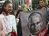 Rusové slavili, Poláci protestovali. Protiputinovská demonstrace před ruskou ambasádou ve Varšavě.