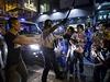Centrum Hongkongu zasáhly potyčky mezi demonstranty požadujícími demokratické volby a stovkami odpůrců protestů, kteří se prodemokratické aktivisty pokoušeli vytlačit z ulic