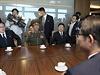 V čele severokorejské delegace stojí vicemaršál Hwang Pchjong-so který je šéfem politbyra Korejské lidové armády a místopředsedou mocné Komise národní obrany. Ten je mnoha analytiky považován za druhého nejvyššího představitele KLDR po vůdci Kim Čong-unovi, který se již zhruba měsíc neobjevil na veřejnosti. Spolu s ním přicestovali dva tajemníci vládnoucí Korejské strany práce.