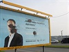 Začerněné tváře politiků na billboardech se před několika dny staly součástí masivní předvolební kampaně v Praze. Jde o tajný projekt umělce Epose 257, který už dlouhodobě upozorňuje na narušování veřejného prostoru.