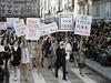 Návrhář Karel Lagerfeld v čele fiktivní demonstrace. Ikona módní značky Chanel opět předvedla hodně netradiční podívanou. V prostorách Grand Palais po minulé kolekci prezentované v uměle vytvořeném supermarketu představil nejnovější kolekci ready-to-wear na příští jaro a léto formou demonstrace.