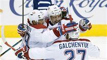 Tomáš Plekanec (uprostřed) z týmu Montreal Canadiens oslavuje svůj rozhodující gól se spoluhráči: Andrejem Markovem (vlevo) a Alexem Galchenyukem, ke konci třetí třetiny úvodní hry NHL (proti Toronto Maple Leaves v Torontu).