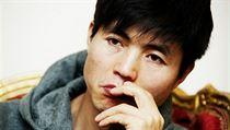 """""""Moje tělo je venku, ale hlava a mysl zůstávají v táboře."""" Proměna vězně v lidskou bytost je dlouhá a bolestivá, popisuje v rozhovoru pro Lidovky.cz Sin Tong-hjok. Nejproslulejší severokorejský uprchlík, který se narodil v koncentračním táboře a na cestě za svobodou si prošel peklem."""