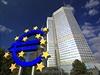 Symbol eura p�ed budovou Evropské centrální banky ve Frankfurtu nad Mohanem. | na serveru Lidovky.cz | aktu�ln� zpr�vy