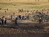 Kurdové hází kameny na tureckou pořádkovou policii a obrněné transportéry.