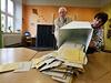 Jan Šeberle, předseda volební komise v okrsku č.9 se chystá k počítání hlasů.