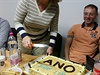 Daniela Seifertov� se chyst� rozkrojit dort, povolebn� �t�b hnut� ANO v Chebu.
