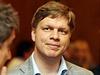 Tomáš Hudeček čeká na výsledky ve volebním štábu strany TOP 09.