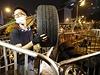 Protestující připravuje barikády.
