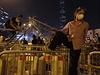 Protestující staví barikády.