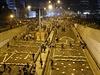 Demonstranti blokují silnice betonovými deskami.