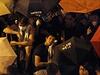 Protestující v Hongkongu používají deštníky, aby se chránili před policií, používající k jejich rozehnání pepřový sprej.