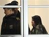 Policisté přivádějí 15. října k jihlavskému okresnímu soudu ženu, která v úterý ubodala ve Žďáru nad Sázavou studenta a další tři lidi zranila. Obviněna byla z vraždy a braní rukojmích, soud má rozhodnout o jejím vzetí do vazby.