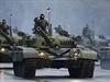 Srbští tankisté salutují během bělehradské přehlídky k sedmdesátiletému výročí osvobození města Rudou armádou.