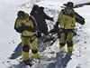 Na snímku zveřejněném nepálskou armádou, členové záchranného týmu odnášejí jednu z obětí laviny před tím, než bude tělo letecky dopraveno z oblasti Thorong La pass v Nepálu.