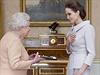 Britská královna Alžběta II. udělila oscarové herečce a humanitární vyslankyni...
