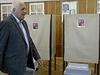 Volební účast v komunálních a senátních volbách může být ovlivněna rozkladem politického systému, kdy se vytratily jasně definované politické strany s ideovým názorem. Novinářům to řekl bývalý prezident Václav Klaus, který odevzdal svůj hlas v komunálních volbách v pražských Kobylisích.