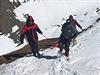 Většina turistů, kteří v posledních dnech uvízli v prudké vánici na severu Nepálu, byla zachráněna nebo přepravena na bezpečnější místo.
