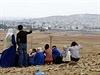 Turečtí Kurdové pozorují město Kobani, které už z poloviny ovládá Islámský stát.