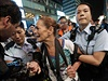 Proti protestujícím, kteří vytvořili ochrannou zeď z deštníků, zasáhly stovky policistů.