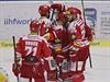 Hokejisté Třince se radují ze vstřelené branky v utkání se Zlínem.