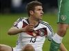 Thomas Müller se zvídavě otáčí směrem k hlavnímu rozhodčímu.