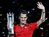 Roger Federer s pohárem pro vítěze Masters v Šanghaji.