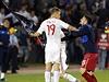 Albánský fotbalista Bekim Balaj bere Srbovi Nenadu Tomičovi vlajku tzv. Velké Albánie.