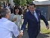 Prezident Republiky srbsk� Milorad Dodik (vpravo) se zdrav� se sv�m p��znivcem.