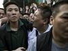 Hongkongská policie zadržela řidiče dodávky(vpravo v bílém), jehož obvinila, že svůj vůz použil k posílení barikád.