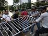 Prodemokratičtí aktivisté se se svými odpůrci přetahují o kovový ohradník, používaný demonstranty ke stavbě barikád.