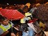Hongkongská policie rozhání prodemokratické protesty. Demonstranti drží deštníky, které se staly symbolem protestního hnutí: aktivisté se jimi bránili před slzným plynem a pepřovým sprejem, jež proti nim policie použila na konci září.