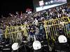 Srbská pořádková policie čelí rozvášněným srbským fanouškům.