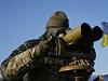 Ukrajinský voják v Luhanské oblasti monitoruje pohyb separatistů.