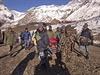 Nepálští vojáci přenášejí oběť tragédie. Po sněhové smršti se pohřešují desítky lidí včetně mnoha zahraničních turistů.