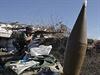Proruský vzbouřenec ostřeluje pozice ukrajinské armády (Doněck).