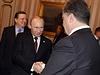 Ruský prezident Vladimir Putin (vlevo) podává ruku svému ukrajinskému protějšku Petru Porošenkovi.