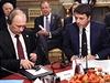 Vladimir Putin (vlevo) a Petro Poro�enko. Uprost�ed italsk� premi�r Matteo...