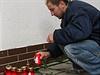 Místní zapalují svíčky za oběti vražedného útoku.