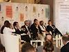 """""""Teprve nyní je Putin obklopen opravdovými oligarchy,"""" říká bývalý šéf ropného koncernu Jukos Chodorkovskij. Na snímku z panelové diskuze je španělský politik José María Aznar (vpravo na obrazovce)."""