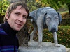 Modelem se akademickému sochaři Alešovi Johnovi z Hořic stal šestiletý hafan Bogye, typický produkt zatím neuznané rasy Cink Cink Asi Czech Original, jehož prarodiče sloužili jako laboratorní psi.
