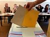 Dvě obálky, jednu pro volby do Senátu a druhou pro komunální volby, mají letos například v Chebu.