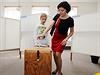 Někteří šli odvolit hned po otevření volebních místnosti. Na snímku volička i s doprovodem v pražských Průhonicích.